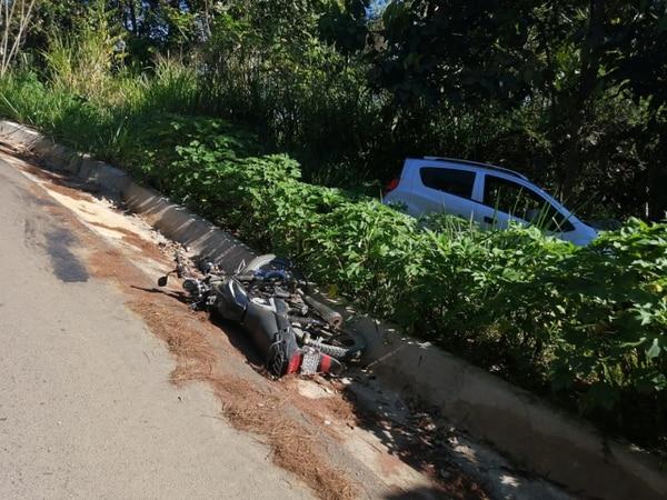 Los lugareños trataron de ayudar al motociclista pero cuando los cruzrojistas llegaron ya él había muerto. Foto: Mario Cordero.