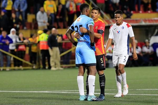 Jugadores florenses como Óscar Esteban Granados fueron a consolar a Parker por su error. Foto: Rafael Pacheco