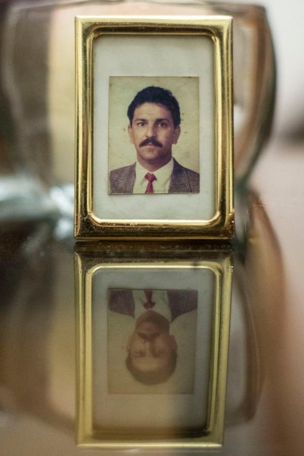 Geanina guarda como un tesoro la foto de su papá Juan Carlos Segnini Zamora. Fotografía José Cordero