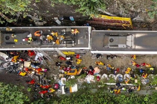 El tren se descarriló dentro del túnel, lo cual ha complicado las labores de rescate. AFP