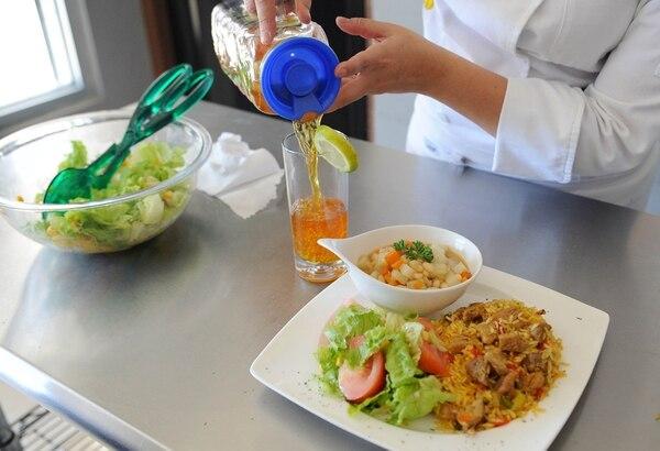 No es paja, vean que delicioso se ve, son doce platos igualiticos, todos a cachete, cada uno sale a 1.375 colones, más barato ni en San Gil. Foto Melissa Fernández.