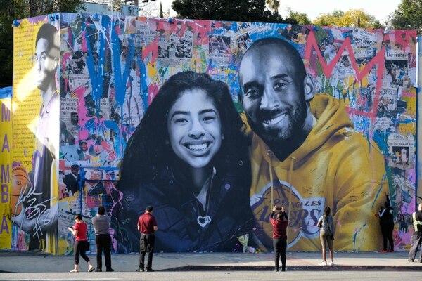 Kobe y su hija Gianna han sido pintados en murales por todo Estados Unidos. Foto AFP