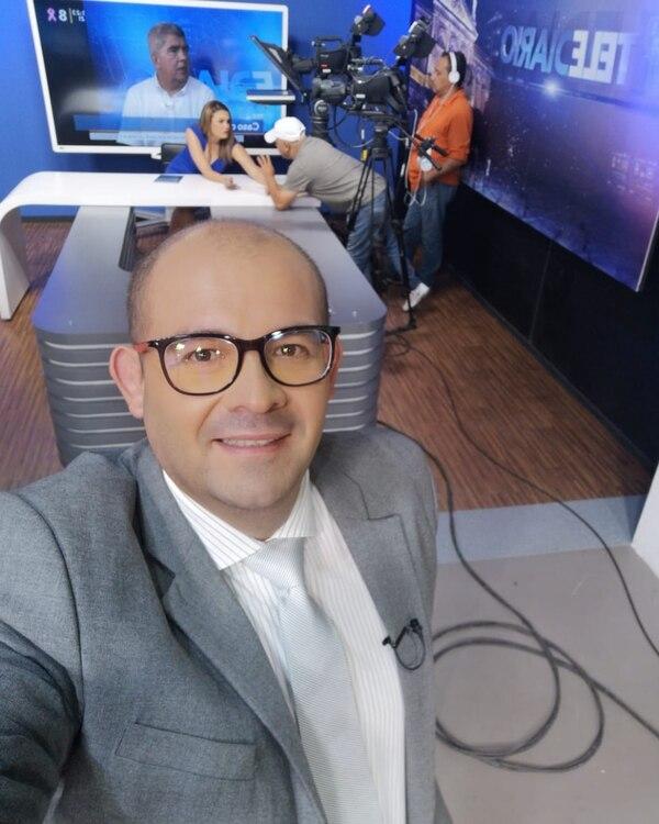 Álvaro Castro en el set de Multimedios, preparándose para ponerle bonito frente a las cámaras. Foto: Facebook