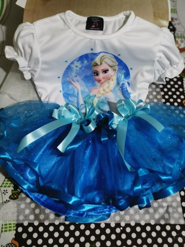 Las niñas se ponen felices con el disfraz de la princesa Elsa. Foto: Cortesía