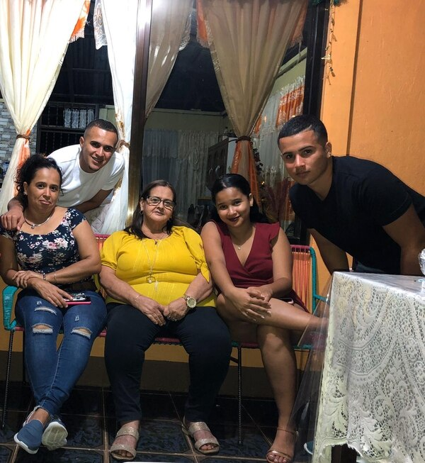 Denilson Mason (de blanco) siempre acompañado por su madre Yessenia Gutiérrez (azul), su abuelita Virginia Miranda, así como sus hermanos Allison y Emerson. Foto cortesía
