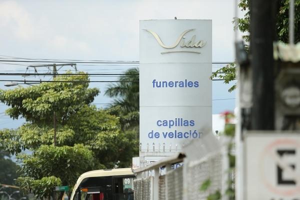 La funeraria acusa al sindicato de hacer rebajos ilegales a los afiliados a un plan de funeral. Foto: Albert Marín.