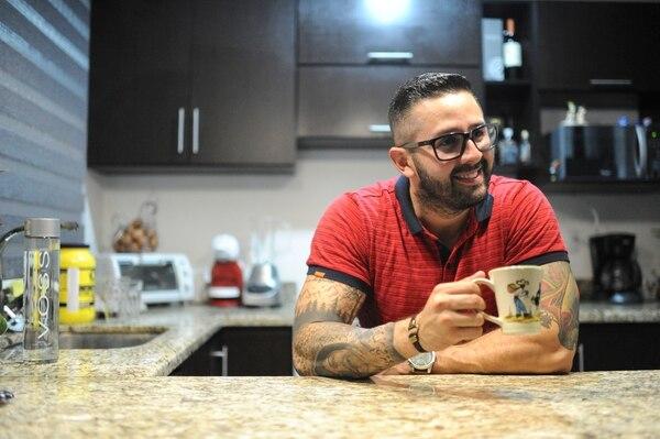 Omar Cascante dice disfrutar mucho estar en su casa pero que a la vez desearía salir como antes. Foto: Jorge Navarro