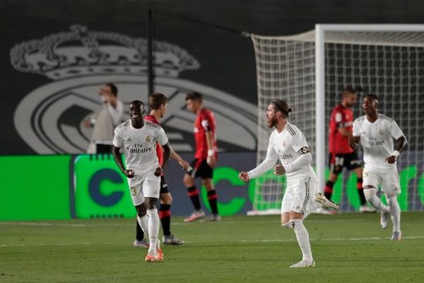Sergio Ramos celebra con todo su golcito. (AP Photo/Bernat Armangue)