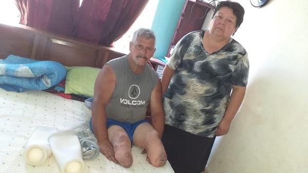 María de los Ángeles Bonilla y su esposo Luis Gerardo Quesada reciben poquito de pensión y ahora deben pagar el préstamo. Foto: Cortesía