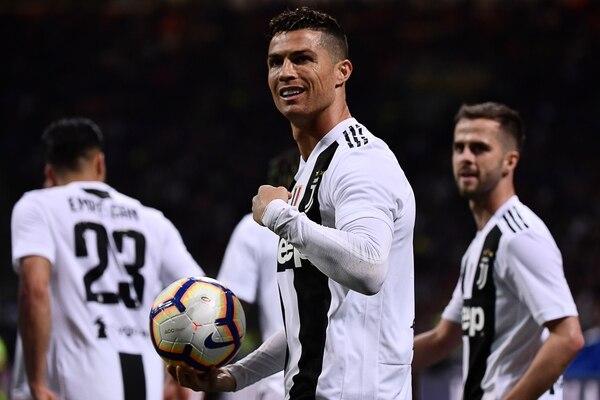 El balón de fútbol es la única arma que necesita Cristiano para combatir a los villanos. Foto: AFP.