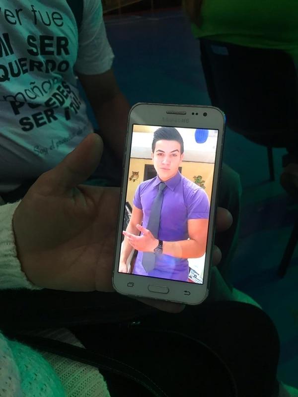 Hansen falleció hace dos años sus padres andan muchas fotos de él en sus celulares. Foto: Silvia Coto