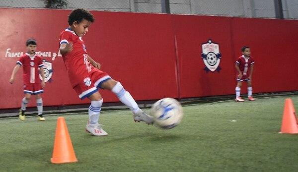 En la Academia de futbol de Escazú le están afinando la puntería a la zurda. Carlos González/Agencia ojopor ojo.