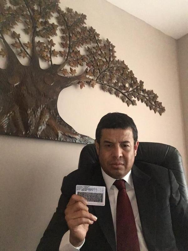 Allan Arburola no se rinde y meterá más recursos de amparo contra la decisión del TSE de eliminar la M y la F de la cédulas de identidad. Foto: Cortesía.