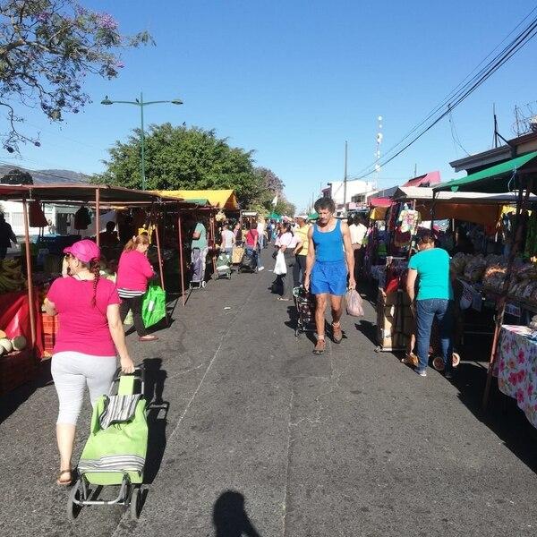 A media máquina trabajó ayer la Feria del Agricultor de Hatillo, no por los productores sino por los compradores, hubo 50% menos de clientela. Foto Eduardo Vega Arguijo.