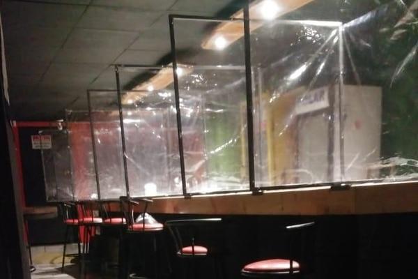 Los bares y cantinas deben tener separadores en las barras. Los músicos piensan que haciendo un aislador así, ellos pueden volver a tocar en estos lugares. Archivo