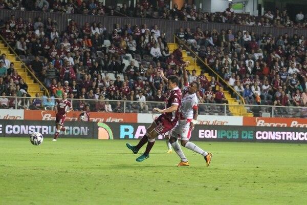El delantero Daniel Colindres, en una disputa del balón en un juego Saprissa - Santos, en el Ricardo Saprissa.