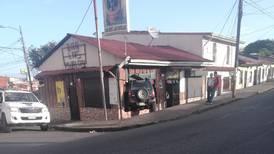 Tapis se mete con todo y carro a un bar en Paso Ancho