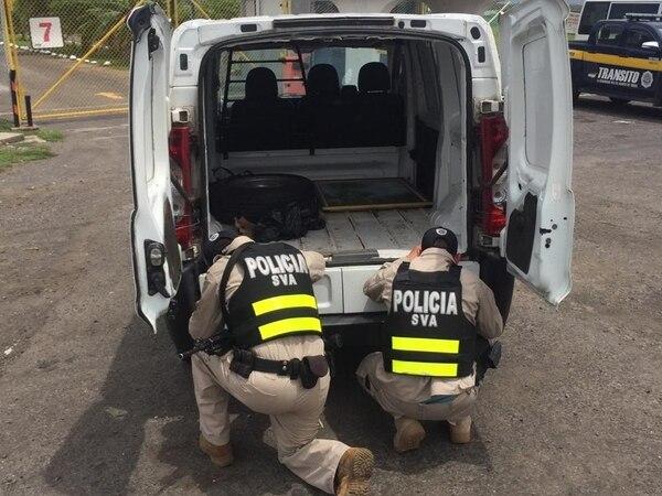 Además de los 25 paquetes de marihuana, encontraron ¢6 millones en efectivo dentro del vehículo. Foto: MSP