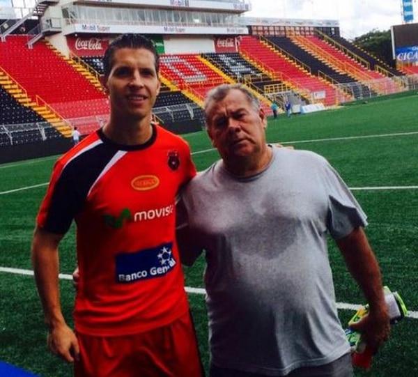 En el Morera Soto, don Javier sigue siendo recibido como todo un ídolo por jugadores como Pablo Gabas y el resto del plantel erizo. Foto: Twitter.