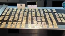 Pareja que iba forrada en billetes fue detenida en el aeropuerto antes de salir del país