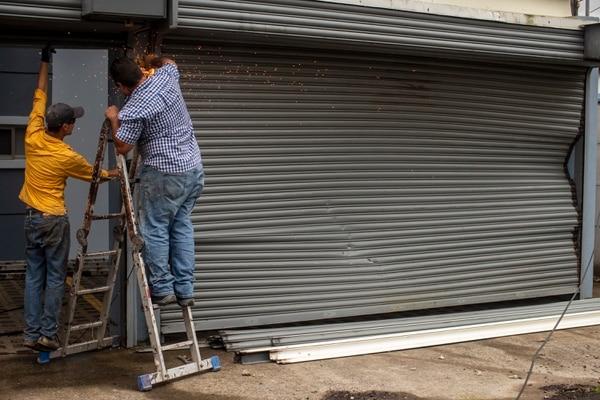 Los afectados corrieron a reparar a los daños antes de que volviera la lluvia. Foto: José Cordero.
