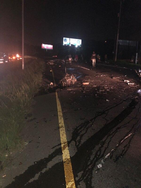 Cuando las autoridades llegaron encontraron pedazos de los carros destruidos, también una de las víctimas había salido expulsado. Fotos: Cortesía para LT
