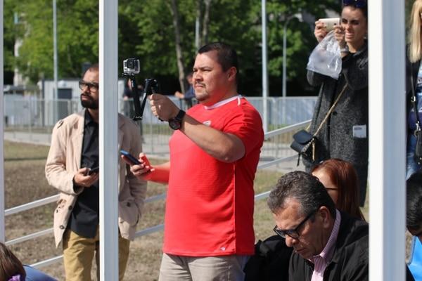 Don Orlando venía bien preparado para grabar lo que pasaba en el entrenamiento. Foto Andrés Mora
