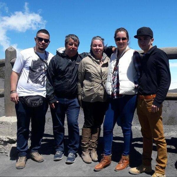 El sobreviviente (de primero a la izquierda agradece a su familia todo el amor que le han dado. Foto: Guido Vargas