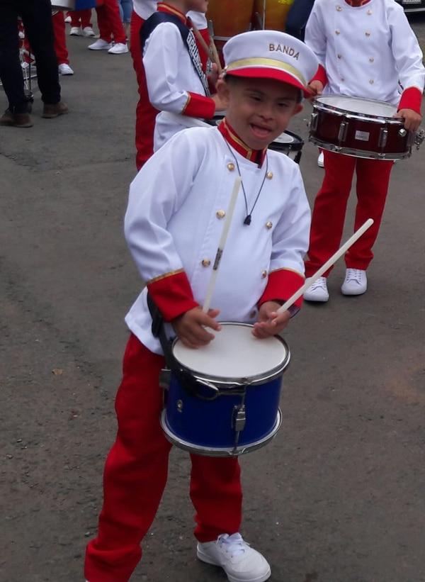 El chiquito está en la banda de la escuela Augusto Colombari. Foto: Archivo.