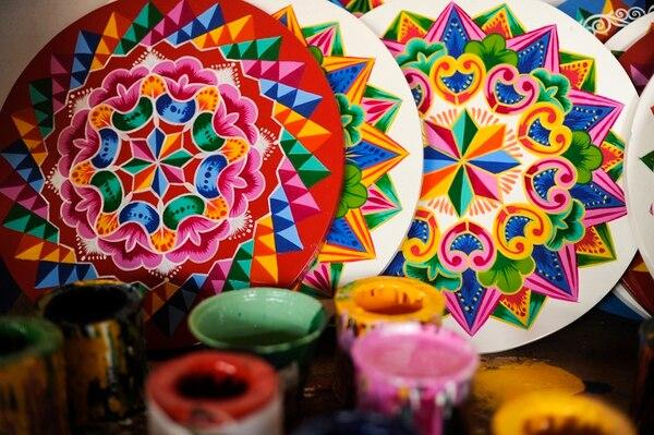 La mayor tradición de pintar las carretas y en los colores tradicionales rojo, anaranjado o blanco, es en Sarchí. Foto: Luis Navarro.