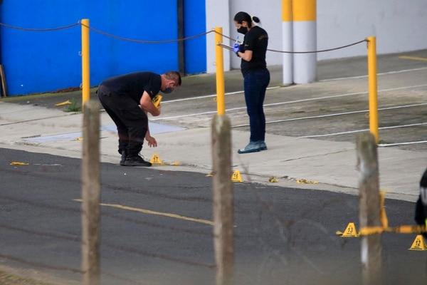 Los agentes del OIJ recogieron varios casquillos que quedaron repartidos por toda la calle. Foto: Rafael Pacheco
