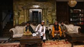 Talibanes pasean armados y descalzos entre lujos del palacio de uno de sus enemigos