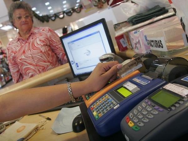 Ante tanta tarjeta de crédito y débito, la gente casi no anda efectivo y así no compran la lotería al momento que el chancero les grita el número que andan buscando. Foto Jorge Arce.