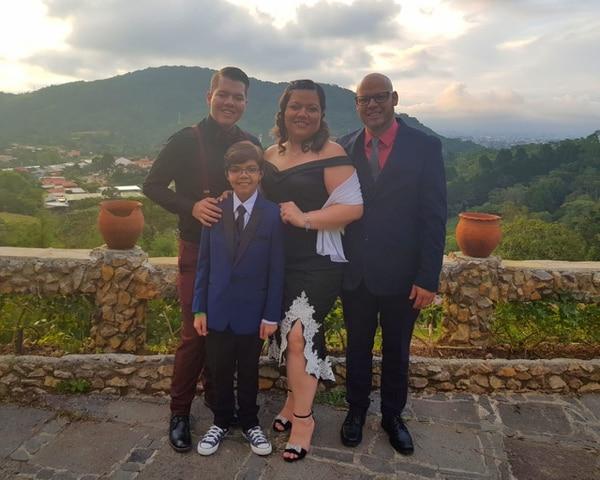 Daniel León vivió su baile de graduación este domingo 7 de octubre del 2018, junto a su mamá Zaida Calvo, su papá, Alexánder León y su hermano Kendall. Cortesía.