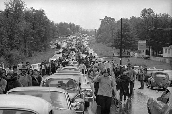 La enorme cantidad de gente que iba camino al festival hizo que los organizadores decidieran que la entrada fuera gratuita. AP