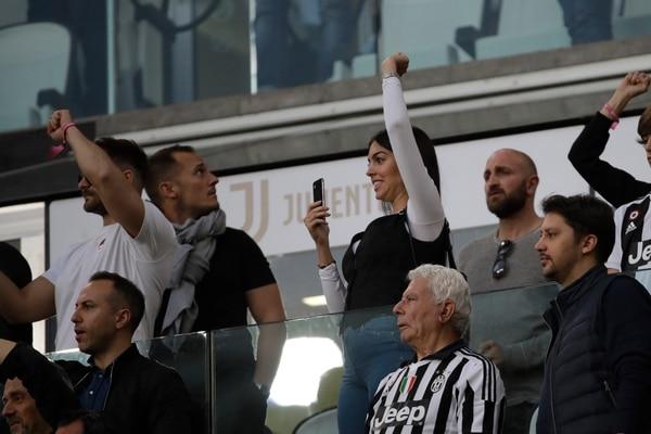 La novia de Cristiano Ronaldo, Georgina Rodriguez, saluda a su pareja desde la tribuna, luego de la campeonización de la Juventus, este sábado en la Serie A. AP