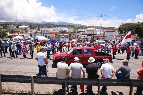 Manifestantes bloquean el paso a la altura de Recope en Ochomogo e impiden el abastecimiento de combustible a los cisternas.. Foto: Albert Marín