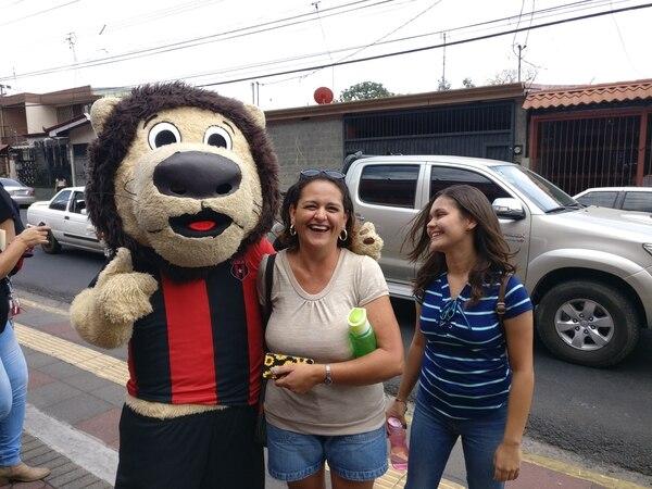 Doña Evelyn y su hija Stephanie la pasaron entre puras risas con el León. Foto: Sergio Alvarado Pol