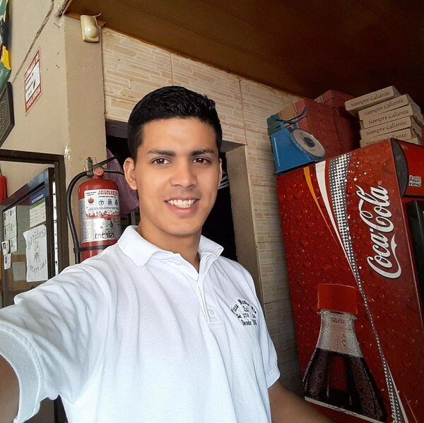 El veinteañero Mauricio Campos Orozco trabajaba como cajero en la pizzería Mamá Mía en Guápiles, él estaba agradecido con la vida según su última publicación en sus redes sociales. Foto: Tomada de facebook
