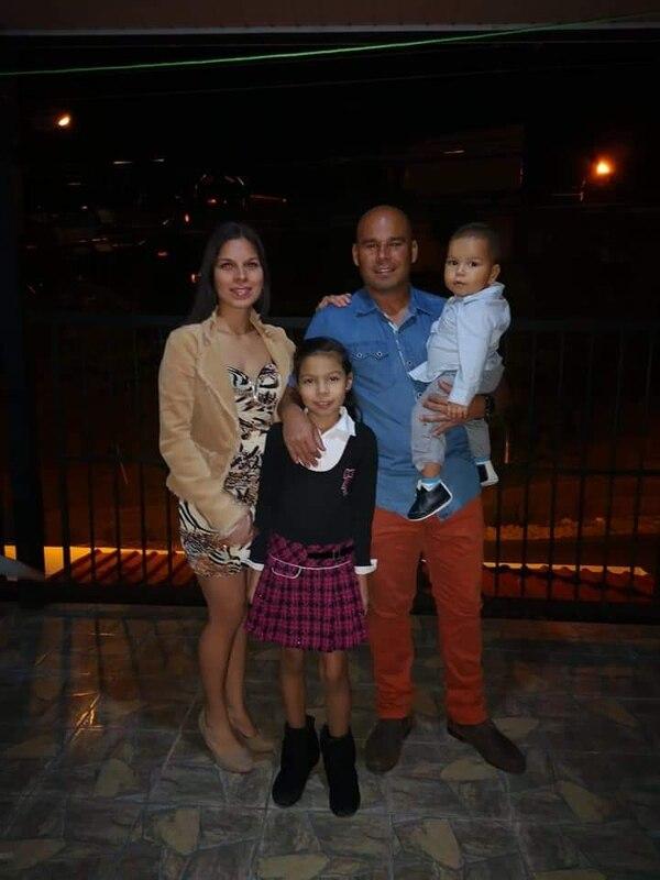 Dennis Torres Miranda junto a su esposa, Stefany Alfaro, sus hijos Cristel y Aarón. No está en la foto su otro hijo Dennis. Foto Dennis Torres