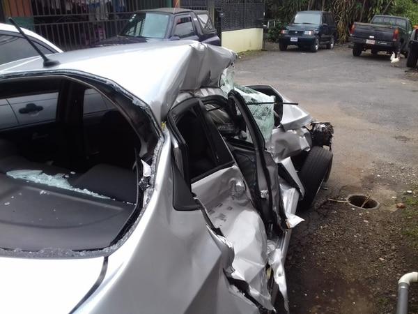 El carro que andaba el joven quedó destruido debido al fuerte golpe. Foto: Cortesía de la familia