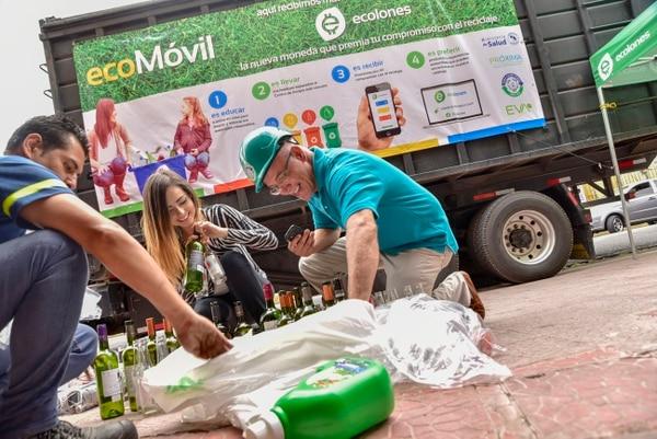 Por cada botella de vidrio o plástico, papel, cartón o empaque tetrabrik que usted recicle acumulará Ecolones. Cortesía: Próxima Comunicación / Garret Britto