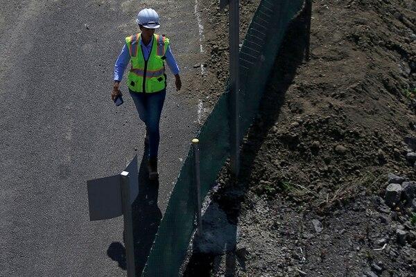 Las mujeres ocupan puestos clave en la construcción de nuevo puente Saprissa. Foto: Rafael Pacheco