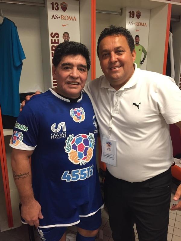 Para Víctor Reyes, asistente de gerencia en Alajuelense, compartir con Diego Maradona es de los recuerdos más especiales de su vida en e fútbol. Foto: Cortesía.