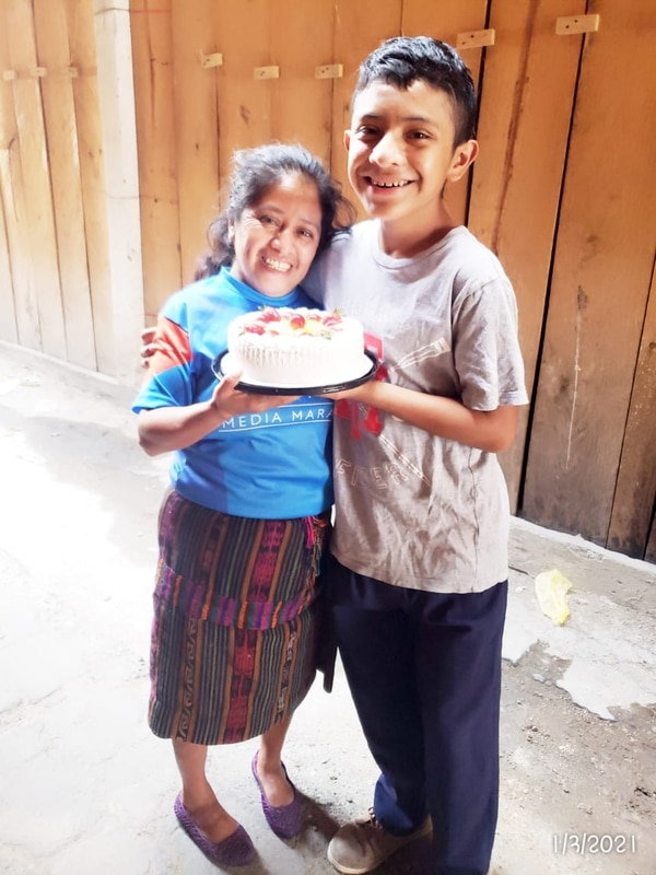 Doña Lucía cumplió años el pasado primero de marzo y Tomasito le dio un sabroso queque. Cortesía.