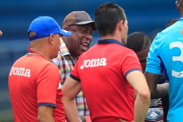 Medford tambié le soltó una buena regañada a sus jugadores en plena mejenga . Foto: Rafael Pacheco