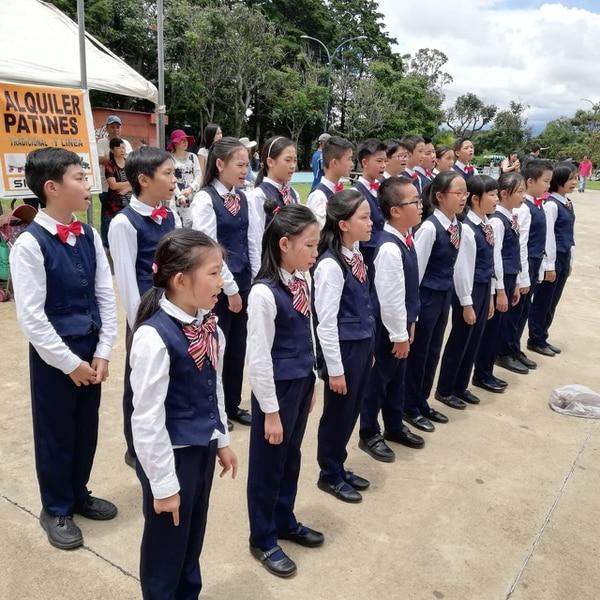Niños del coro de la escuela Sol del Mandarín de Hatillo 3, cantaron el himno de China y Costa Rica en La Sabana. Foto Eduardo Vega Arguijo.
