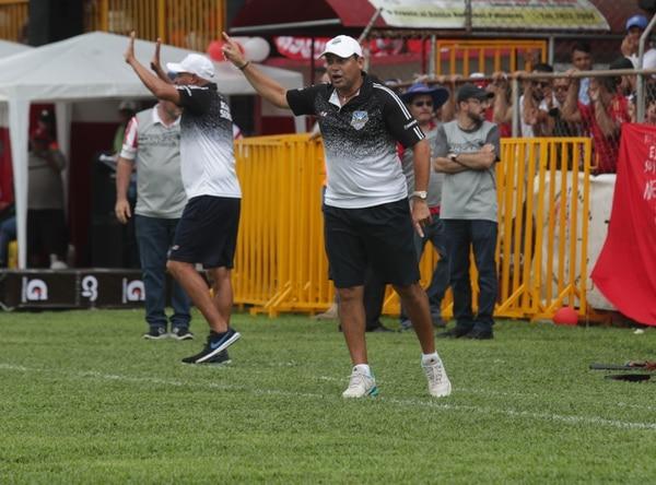 Si vuelve a Primera deberá hacer un poco más de ejercicio el técnico jicaraleño. foto: John Durán