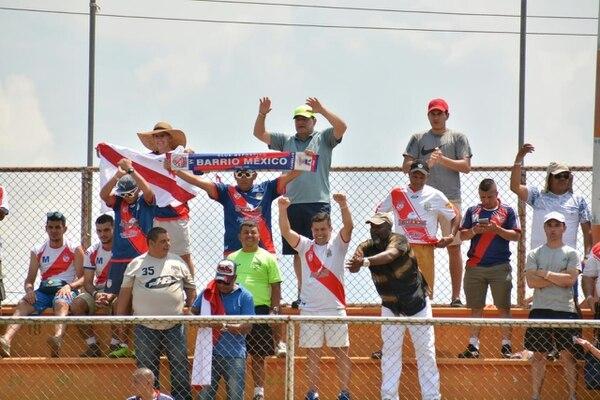 Poquitos pero benditos los aficionados del Barrio que se fueron al puerto. Foto: Andrés Garita