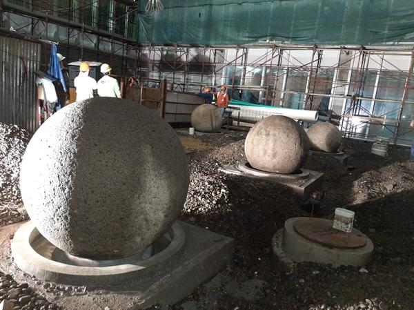 Ya están colocadas las esferas a lo interior de lo que es el nuevo edicifico de la Asamblea Legislativa. Foto Asamblea Legislativa.
